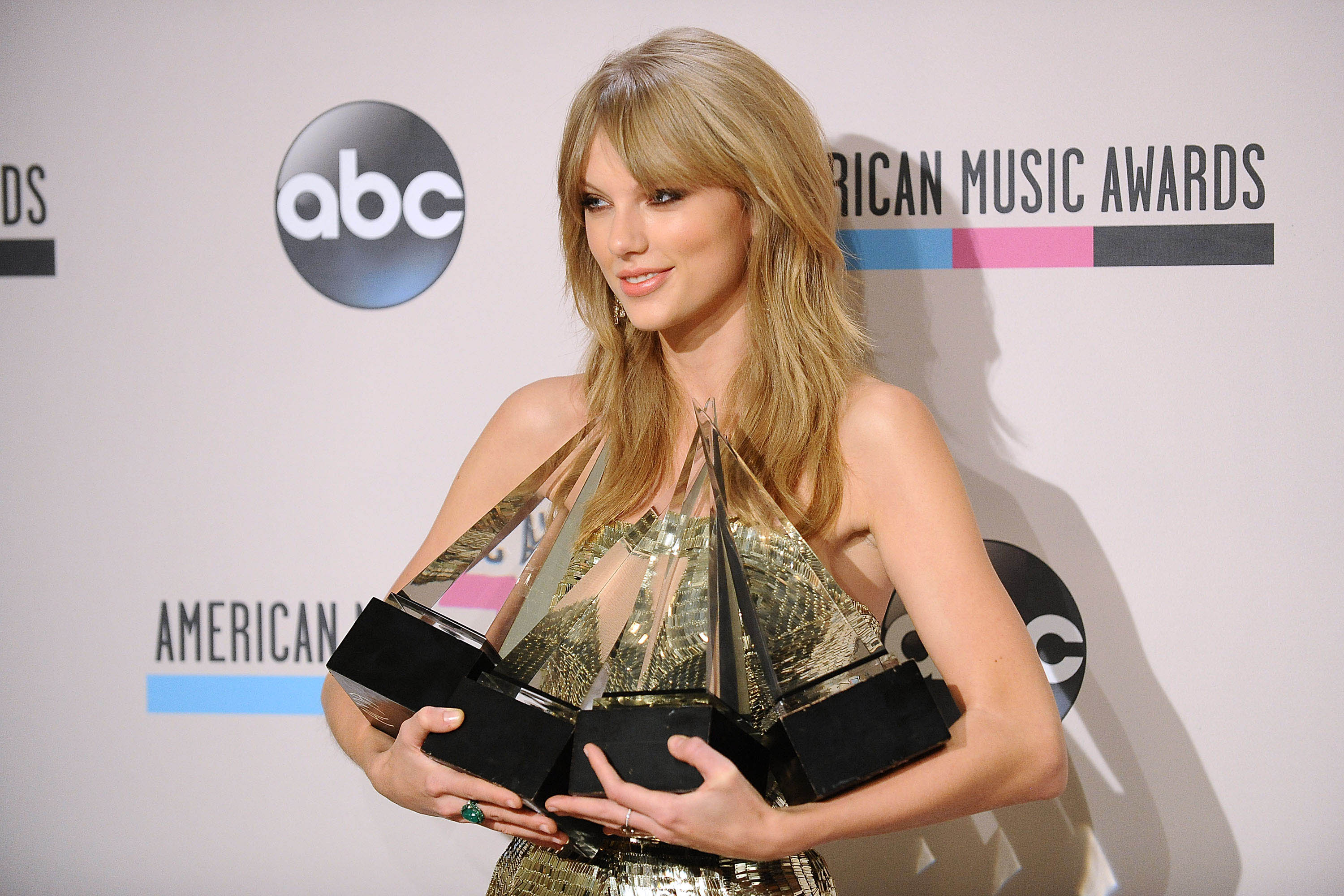 Taylor Swift sweeps top prize at American Music Awards