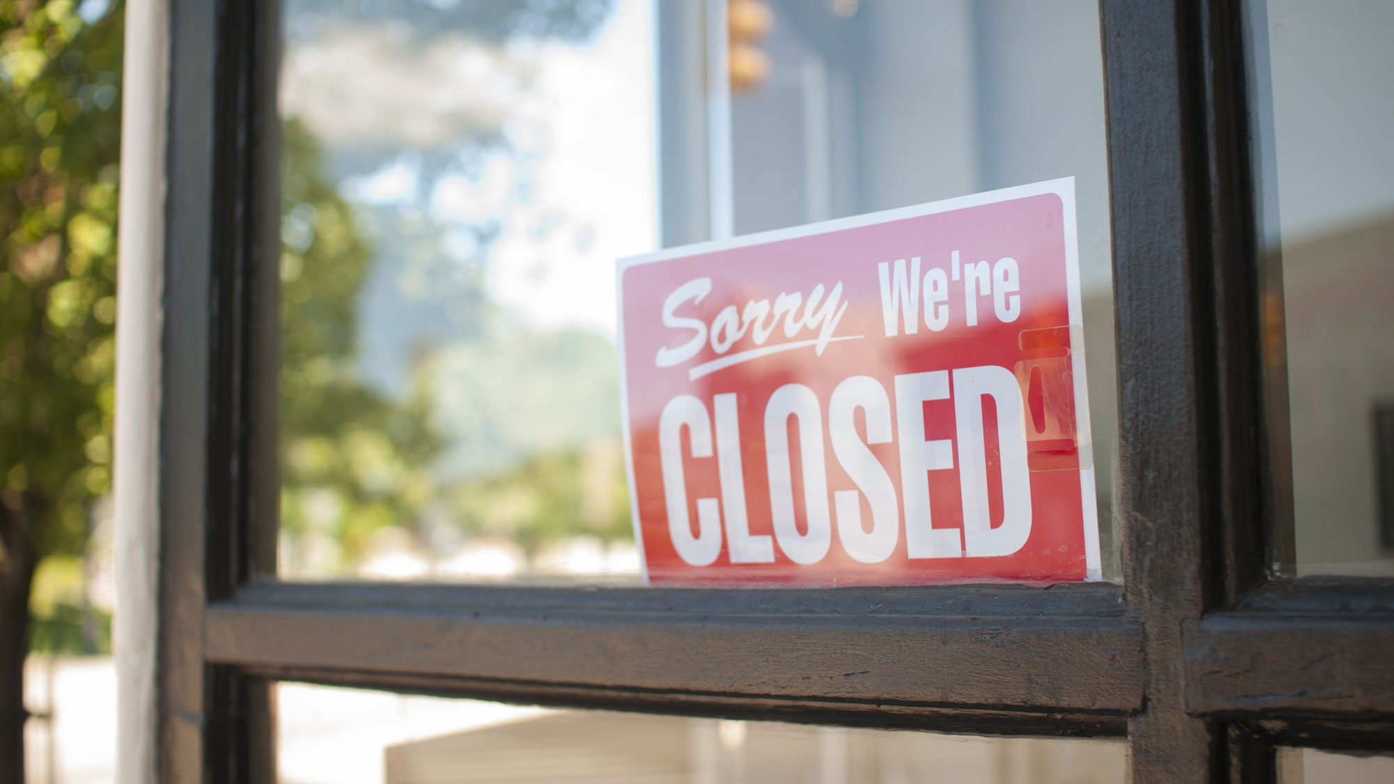 A closed on a storefront. GETTY IMAGES/huePhotography.