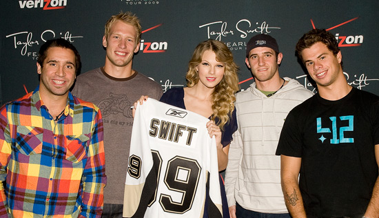 Taylor Swift with four members of the Pittsburgh Penguins in 2009.  NHL.COM.