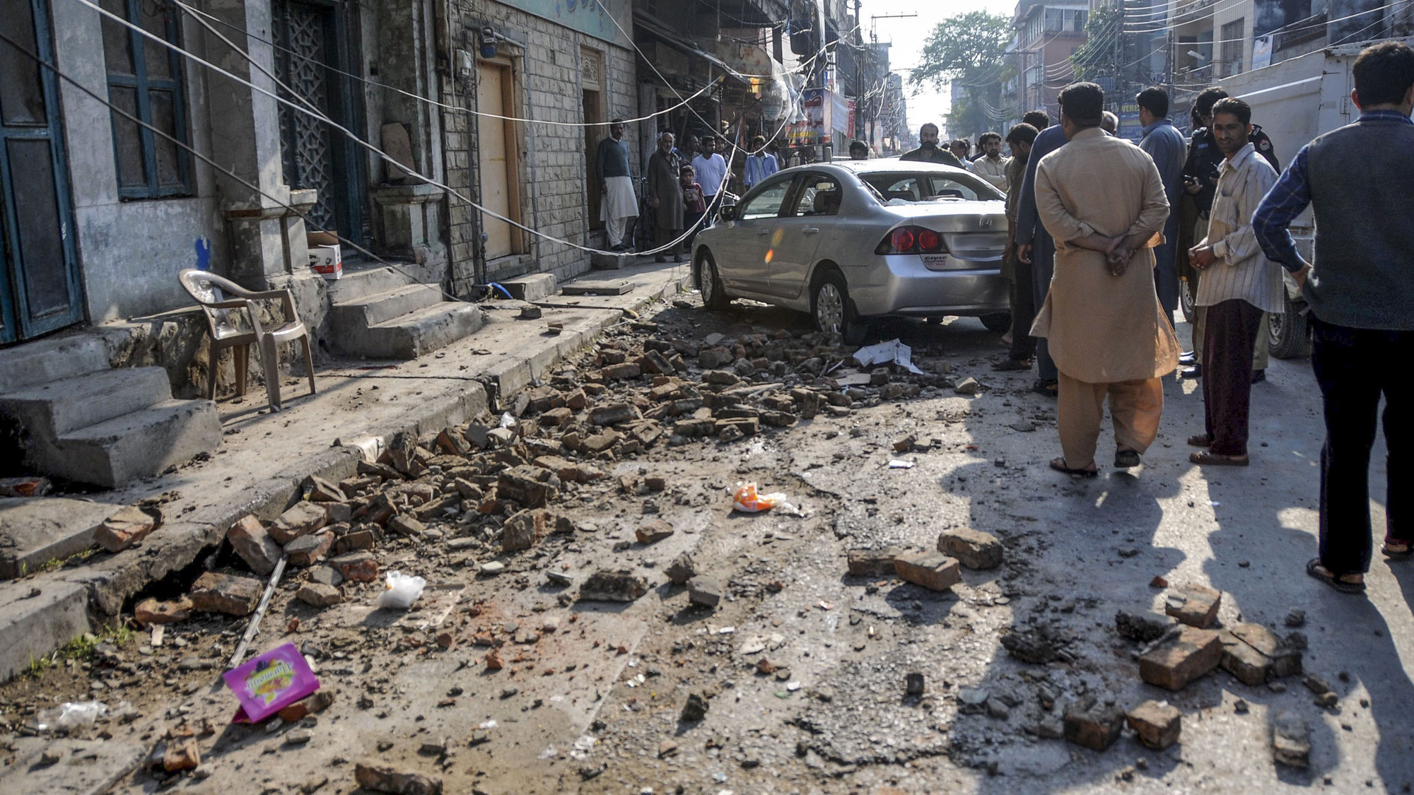 pakistan earthquake A strong earthquake has hit the hindu kush mountain range in afghanistan, causing casualties in the country and in neighboring pakistan a girl was killed and at least 15 others injured in various .