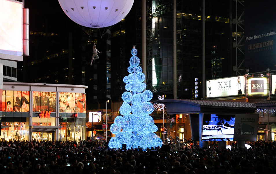 The Christmas tree at Yonge-Dundas Square in 2013. Photo via wintermagic.ca.