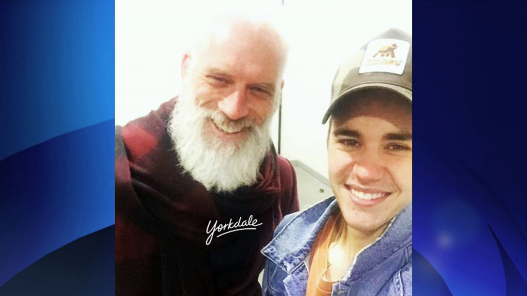 Yorkdale's Fashion Santa (model Paul Mason) and Justin Bieber snapped this selfie on Dec. 19, 2015. Twitter/YorkdaleStyle.