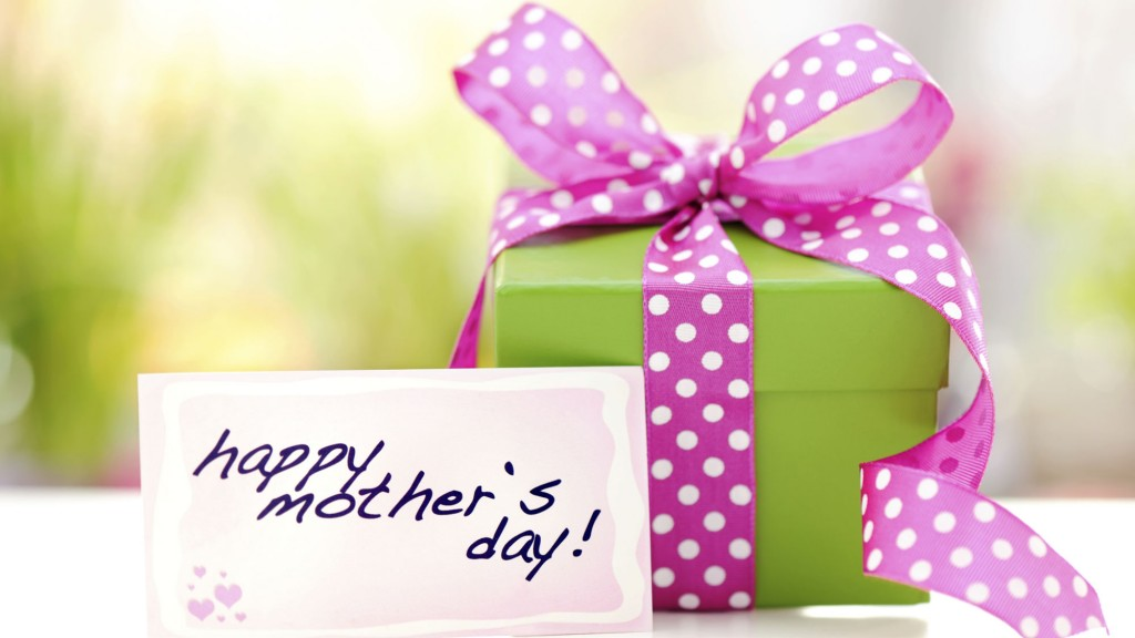 A gift box with a Mother's Day card. GETTY IMAGES/Moncherie.