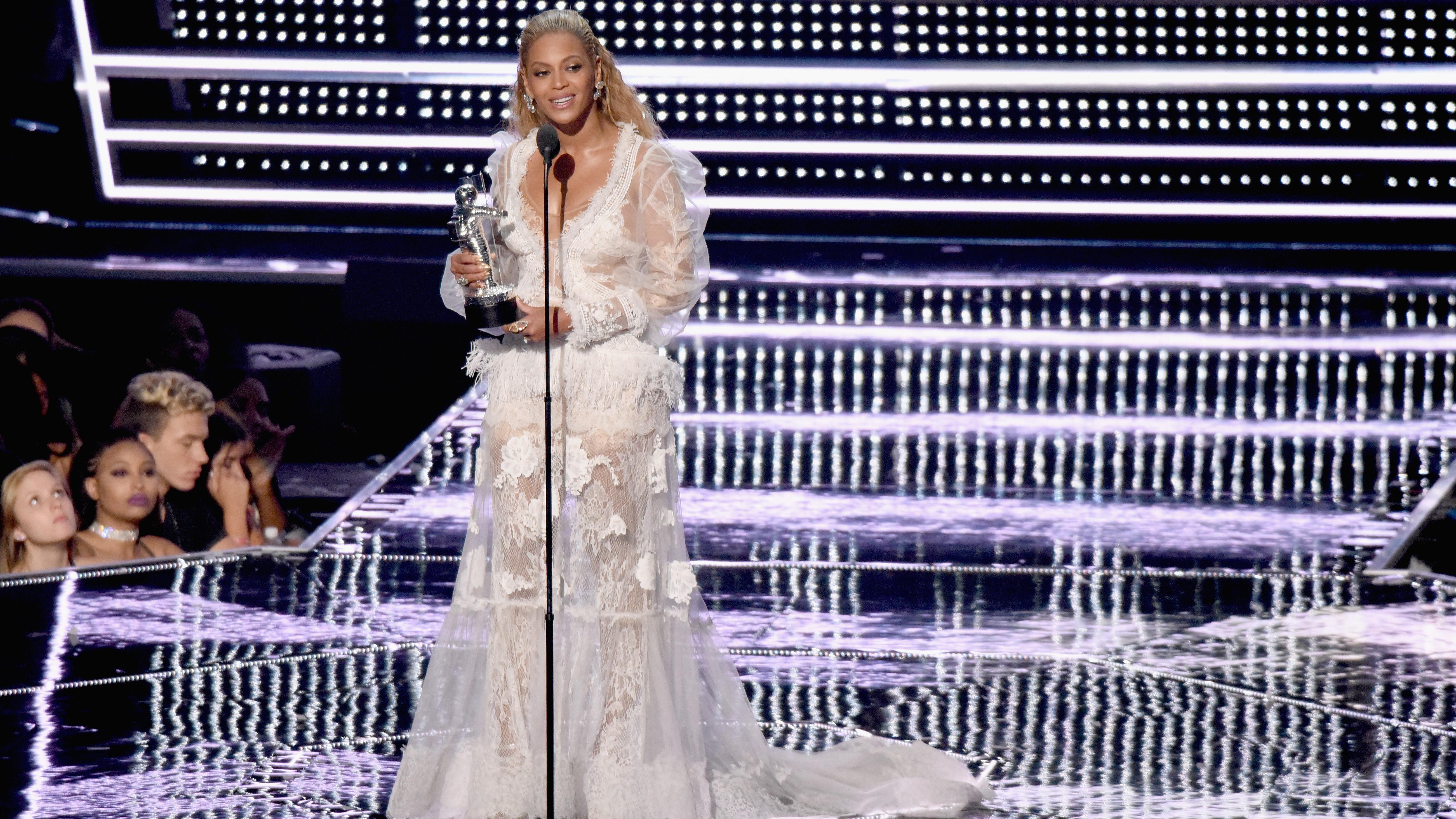 Rihanna: Music star doesn't want Rita Ora near her
