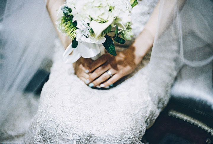 A bride holding a bouquet. GETTY IMAGES/EyeEm/Yoonhee Shin