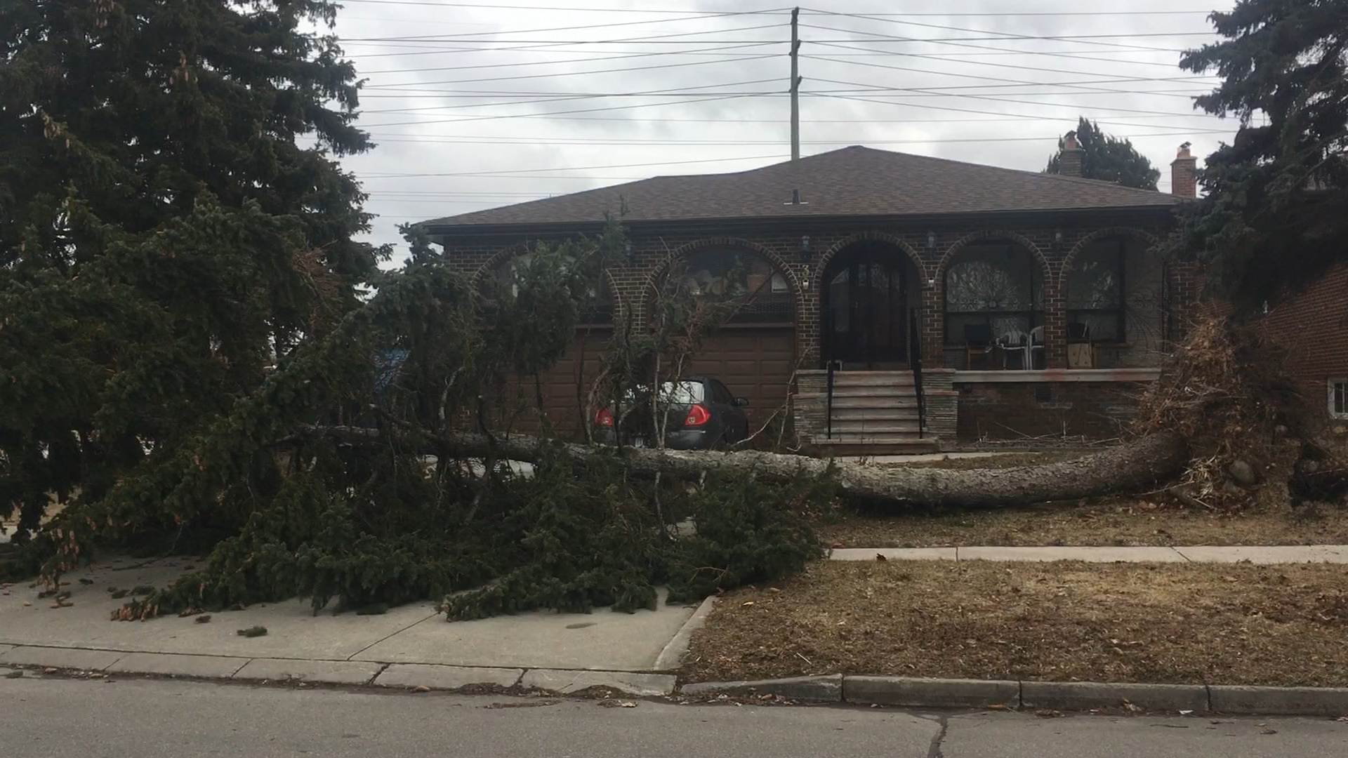 Powerful windstorm causes power outages, major collision in southern Ontario