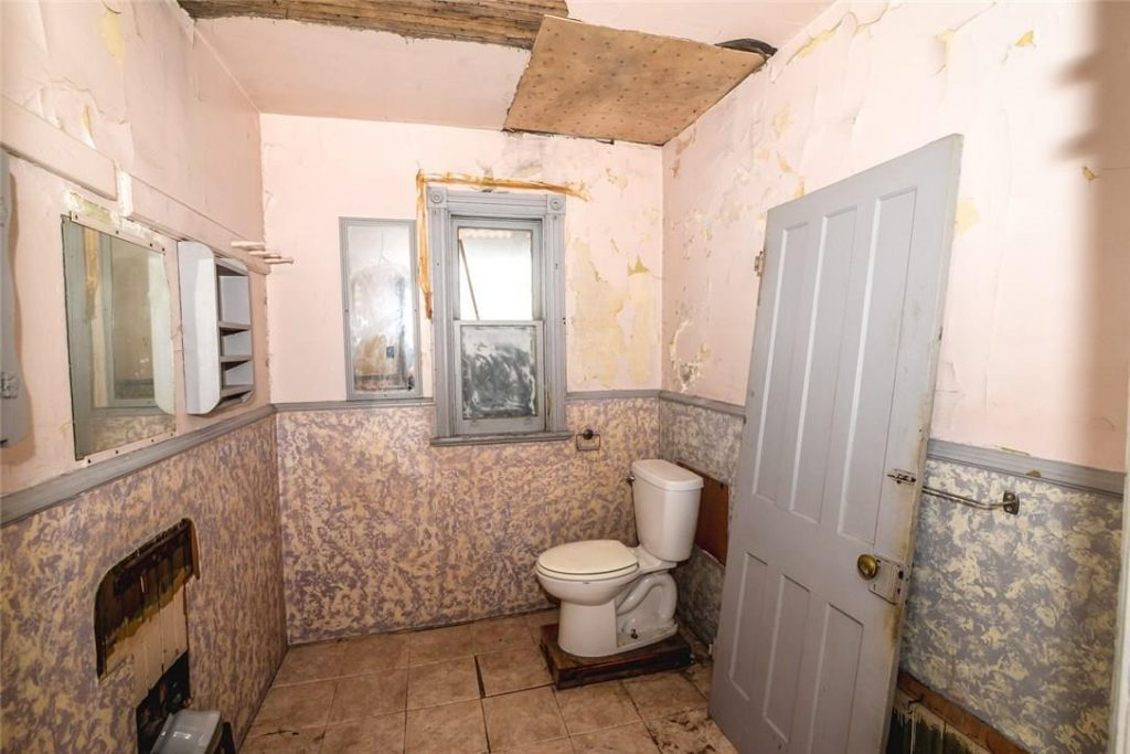 Image of the bathroom in a Hamilton home that is for sale, Aug. 23, 2018. Image credit: realtor.ca