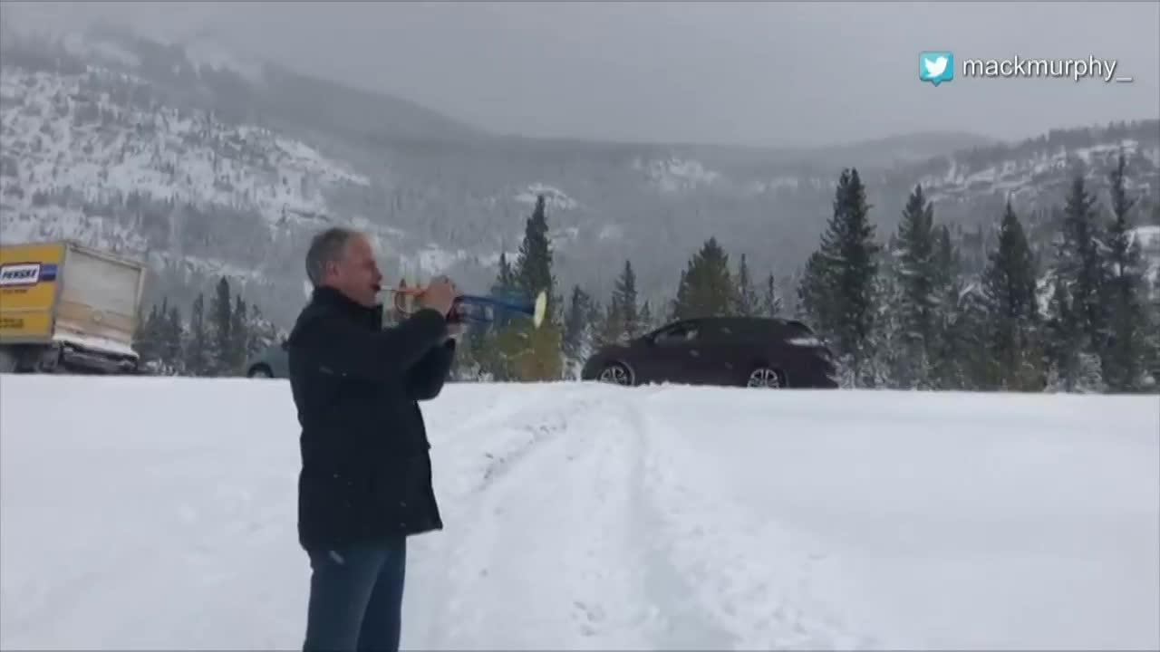 Trumpeter plays 'O Canada' to drivers trapped in Alberta