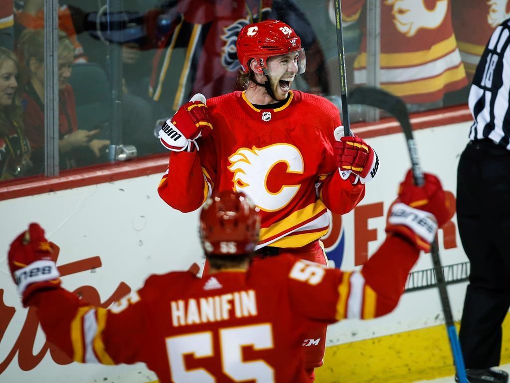 super popular 43ca4 6ba0a Elias Lindholm with two third-period goals, Flames beat ...