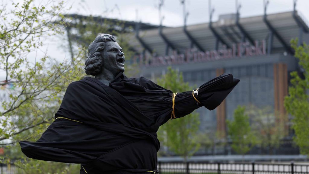 Flyers cover statue of singer Smith amid racism allegations