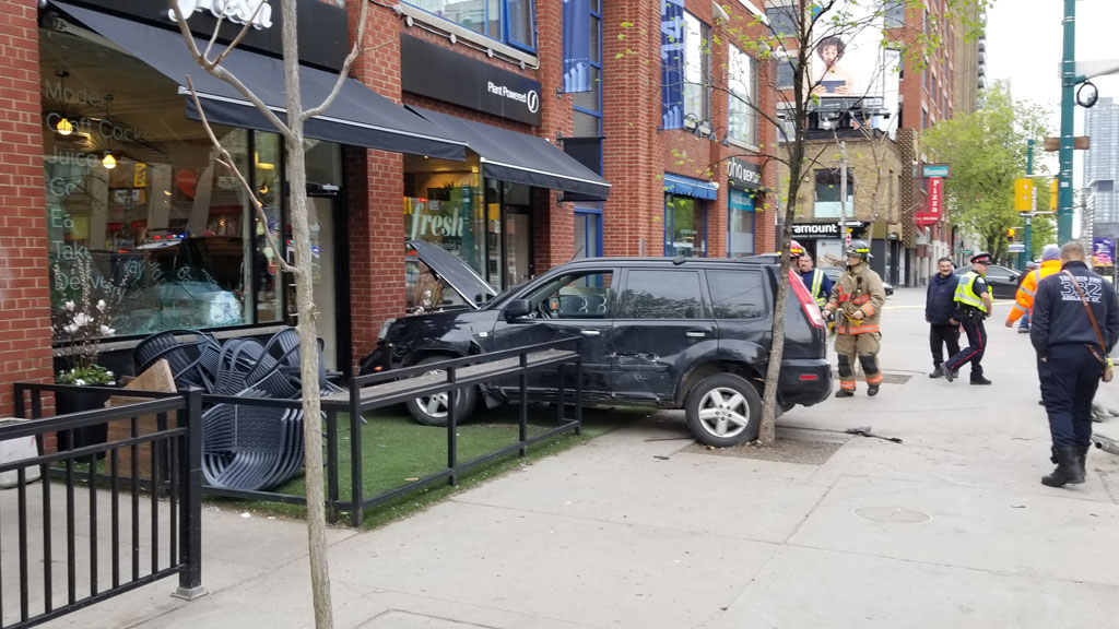 Car crashes into building on Spadina