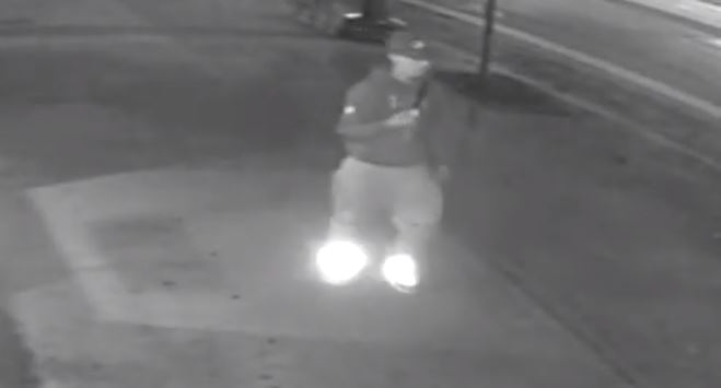 Police search for suspect after 2 men assaulted on Spadina Avenue