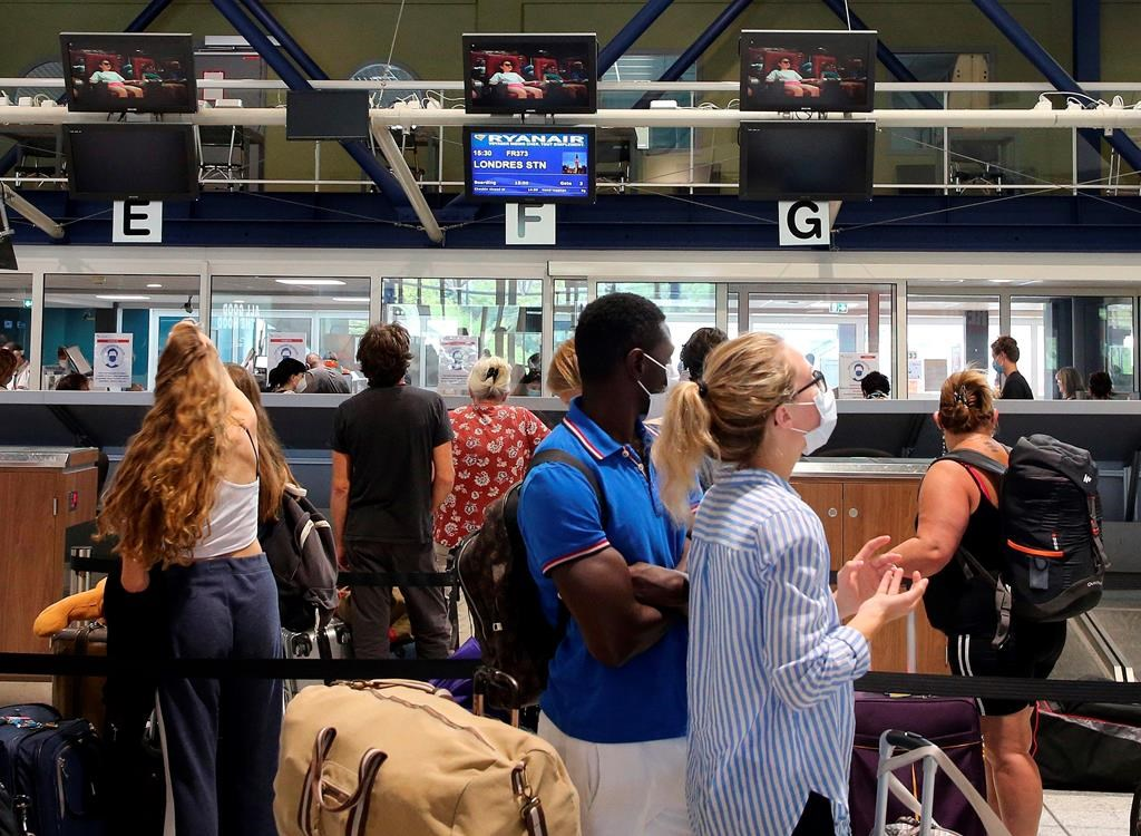 Thousands of Britons return from France to avoid quarantine